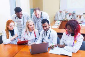 Online-Eingangsprüfungen für das Medizinstudium im Ausland: die Universität Warschau lädt am 16. Mai und 4. Juli ein